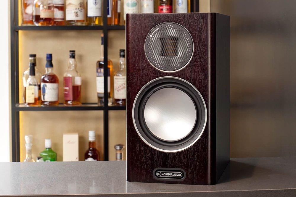 Monitor Audio Gold 100 - Nová 5. generácia série Gold priniesla reproduktor, ktorý je skvele vyzerajúci, výnimočne vyvážený a zároveň neúnavne zábavný kúsok. Prekvapil nás kompaktnými rozmermi, dynamikou a skvelou cenou.