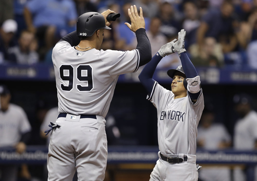 Aaron Judge towers over teammate Ronald Torreyes     Image Source: http://on.si.com/2sixNXL