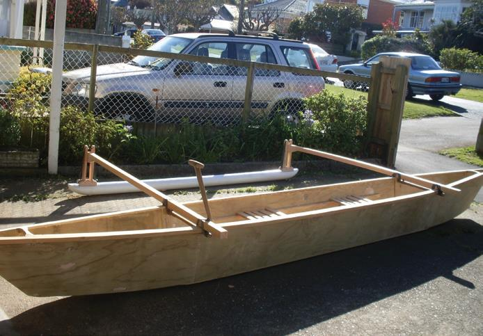 The beams or spars to the ama (outrigger float) are 50 mm x 50 mm knot-free timber.