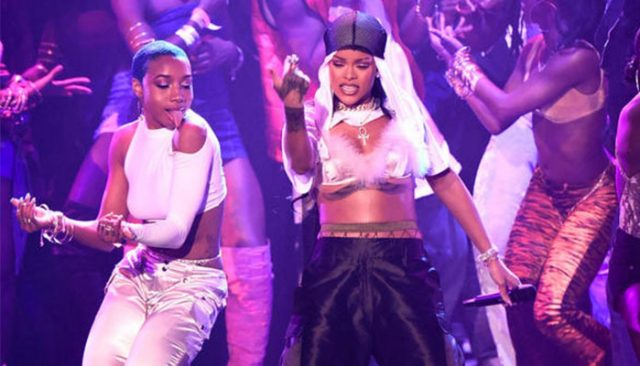 Rihanna-Goes-Dancehall-At-VMA-Beenie-Man-Mr-640x366.jpg