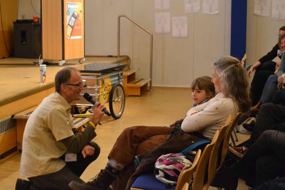 Encouraging the audience to participate and share ideas, visions and new ways of thinking.  Photo: Lea König