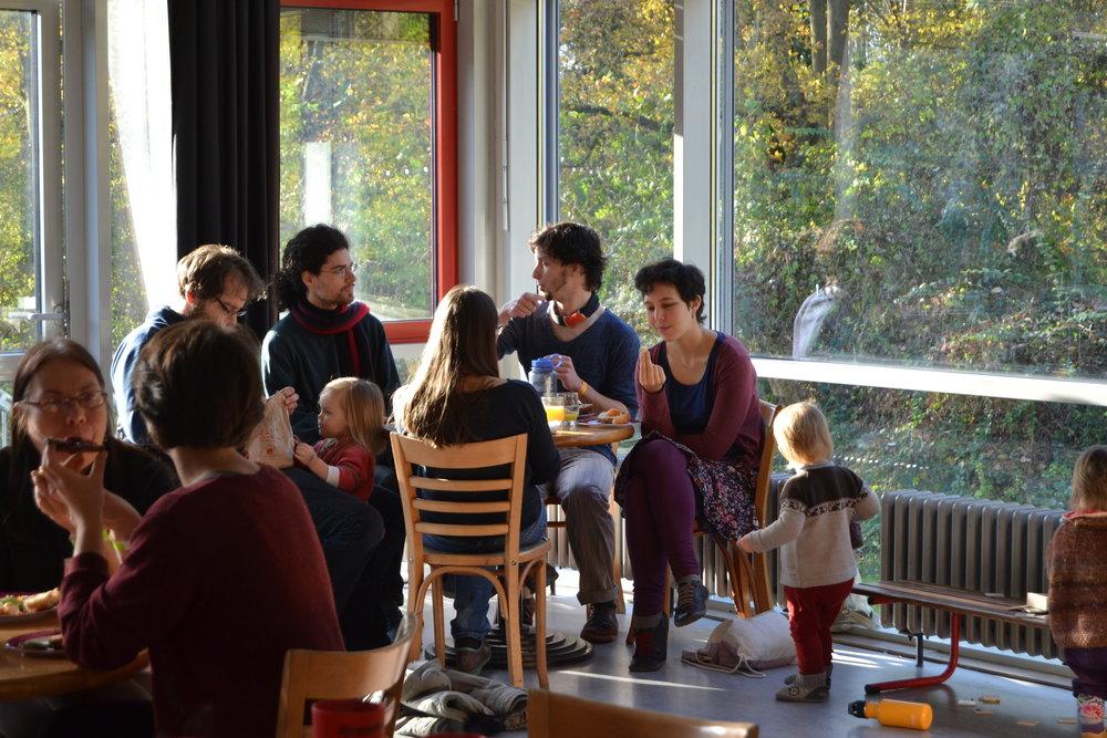 Das Publikum der Utopianale ist gemischt und verbindet Generationen.  Foto: Lea König