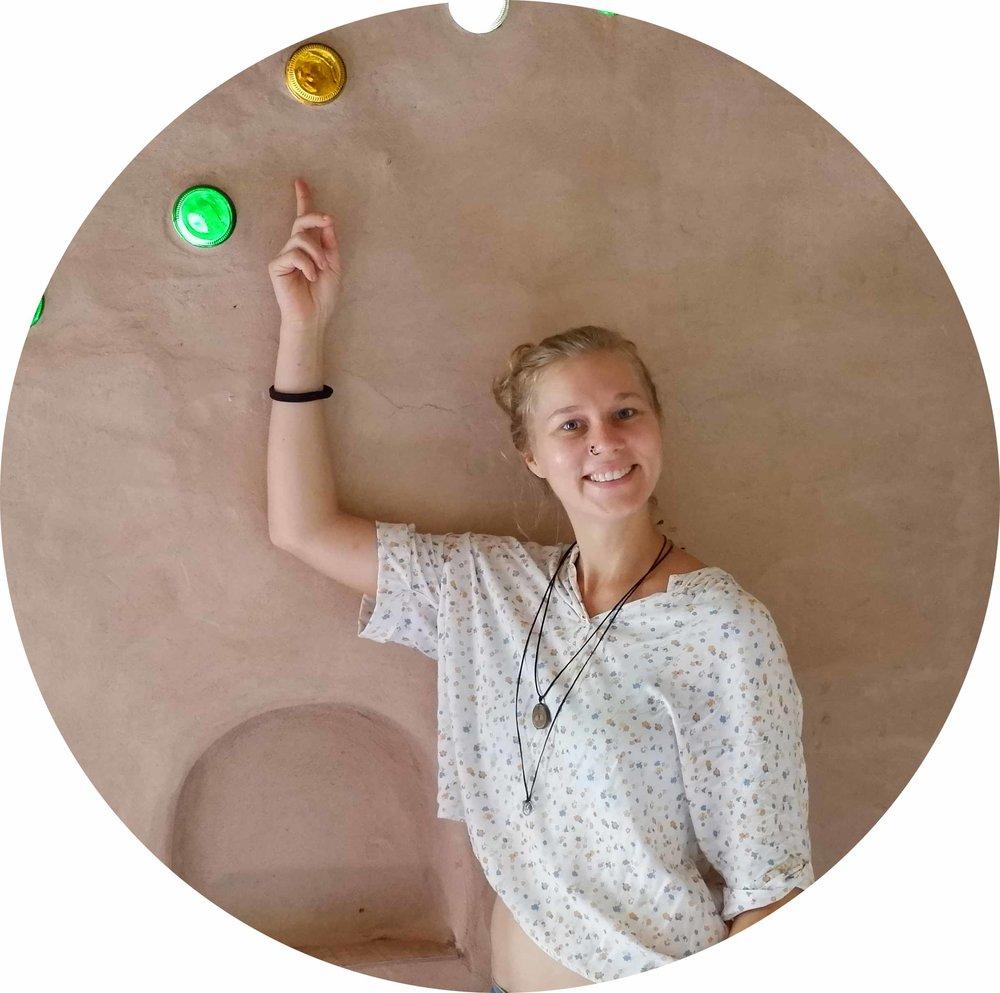 KARLA FRANIELCZYK  Praktiker, Ästhet, unterstützt Pflanzen und Bäume, fermentiert, sammelt Saatgut, designt und baut Häuser aus Lehm  Meist genutztes Permakulturprinzip: Sammle und speichere Energie.  Lieblingsprinzip: Beobachte und interagiere.
