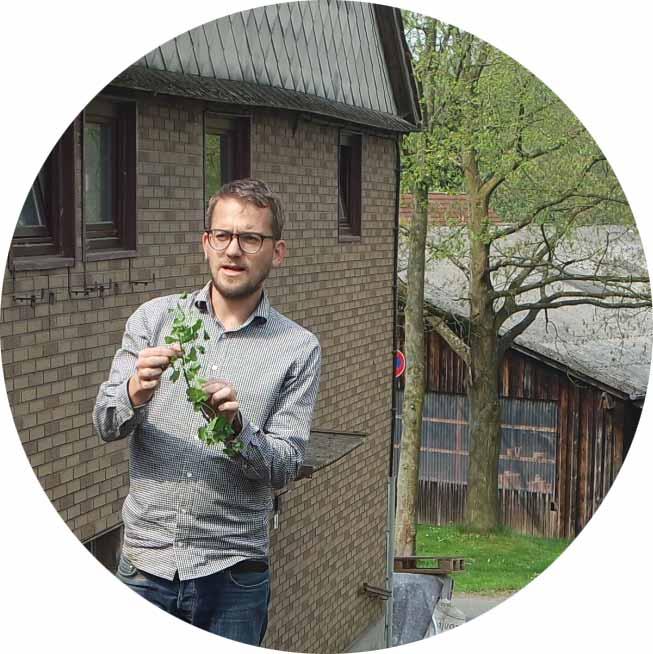 LARS BLUME  Designer, Systemdenker, lässt der Natur ihren Raum, unterstützt beim Humusaufbau und pflanzt gerne  Permakultur-Leitsatz: Kooperation statt Konkurrenz  Lieblingsprinzip: Gestalte zuerst Muster, dann die Details.