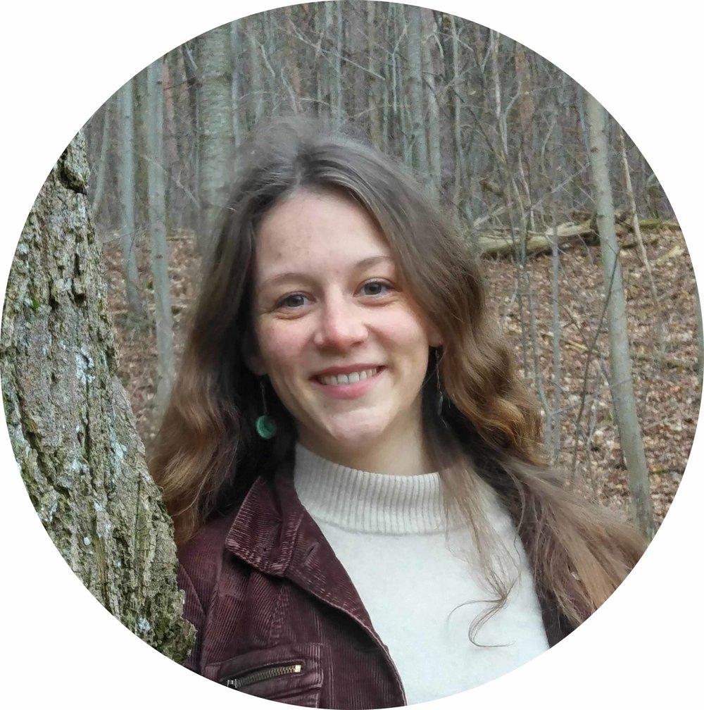 MARIA BLIKLEN  Tiefenökologin, Gesellschaftsveränderer, gibt 'Hoffnung durch Handeln'-Workshops, glaubt an das Gute im Menschen  Permakultur-Leitsatz: Vielfalt statt Einfalt  Lieblingsprinzip: Nutze und reagiere kreativ auf Veränderung.
