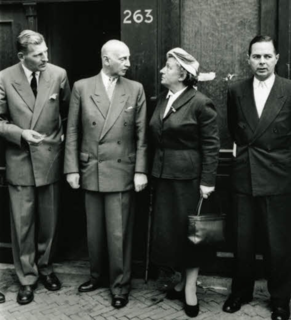Foto: Otto Frank with the first board members of the Anne Frank House in 1957. From left to right: Floris Bakels, Otto Frank, Truus Wijsmuller and Herman Heldring.