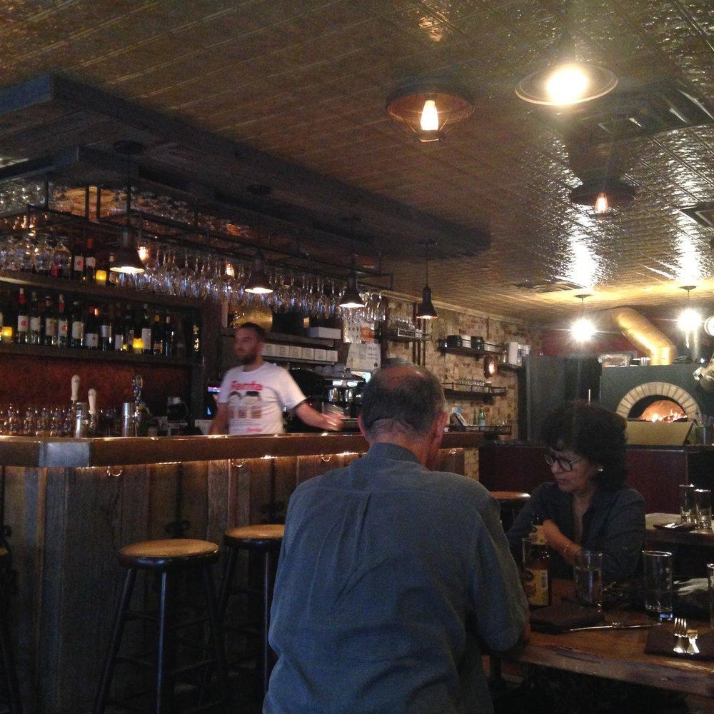 Opções de bar e um fogão à lenha (hummm)