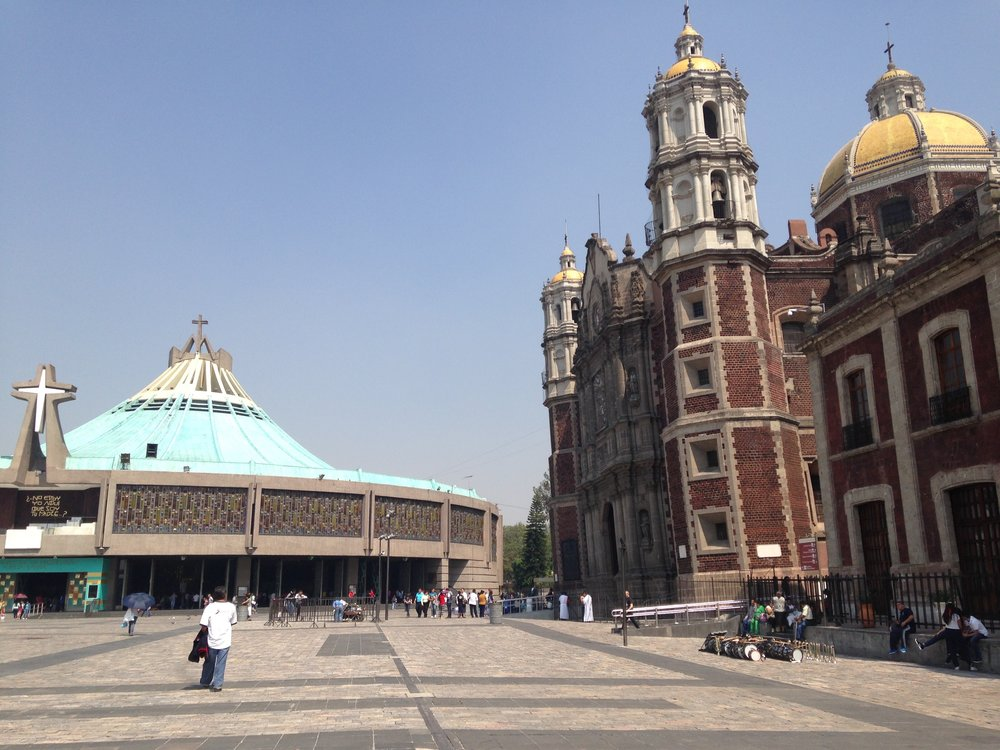 Um grande espaço para receber multidões. Na foto dá para ver a inclinação da antiga Basílica