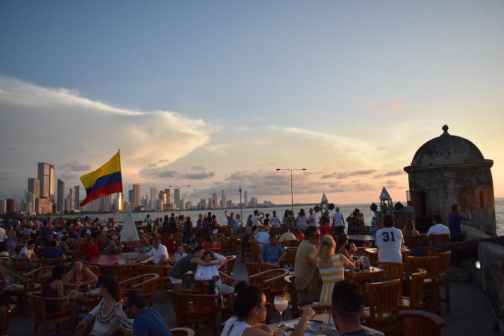 Café del Mar: entrada gratuita para assistir o por do sol. Chegue cedo (até as 5pm) para sentar