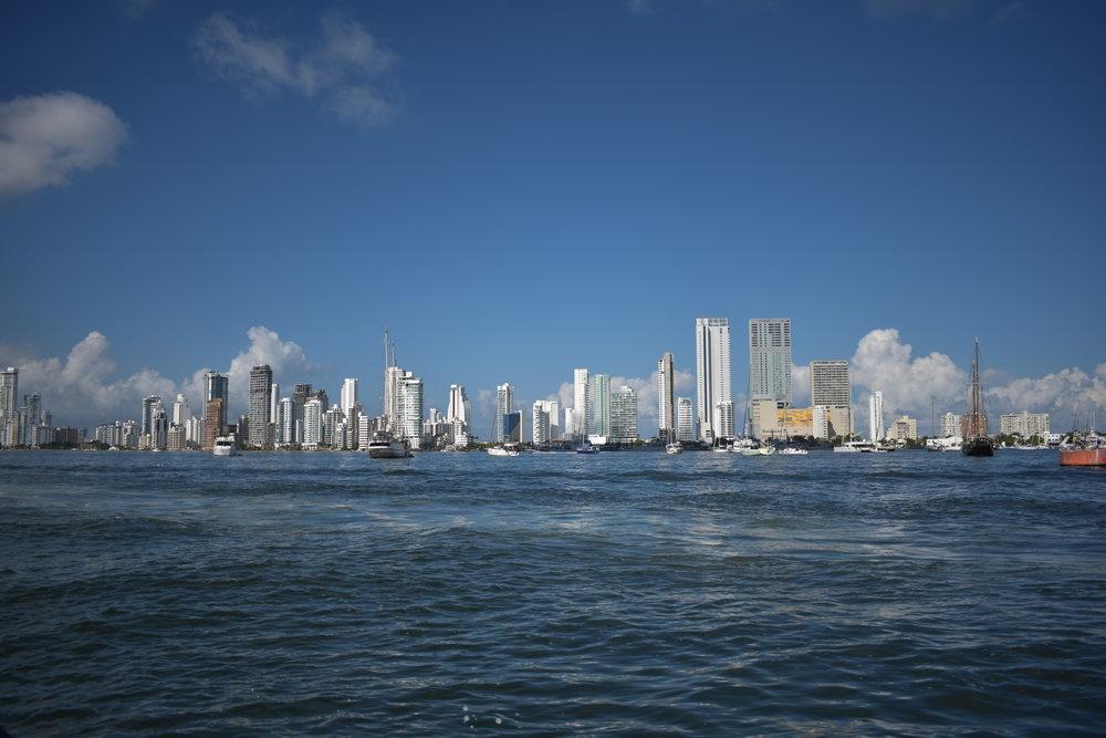 Barco de partida para a Isla Grande: é possível ver a skyline de Cartagena