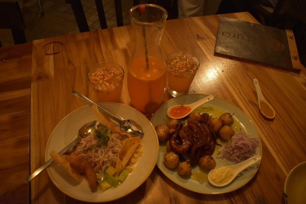 Jantar de Thenksgiven: Ceviche Colombiano com Polvo e batatas. Sangria para refrescar e pimentas para o Ryan.