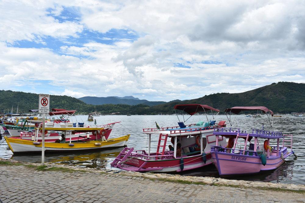 Barcos para alugar e fazer o passeio pelas ilhas,ficam em frente à Igrejinha