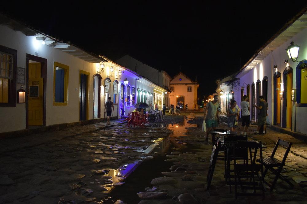Mesmo de noite, a iluminação dá um charme à Paraty