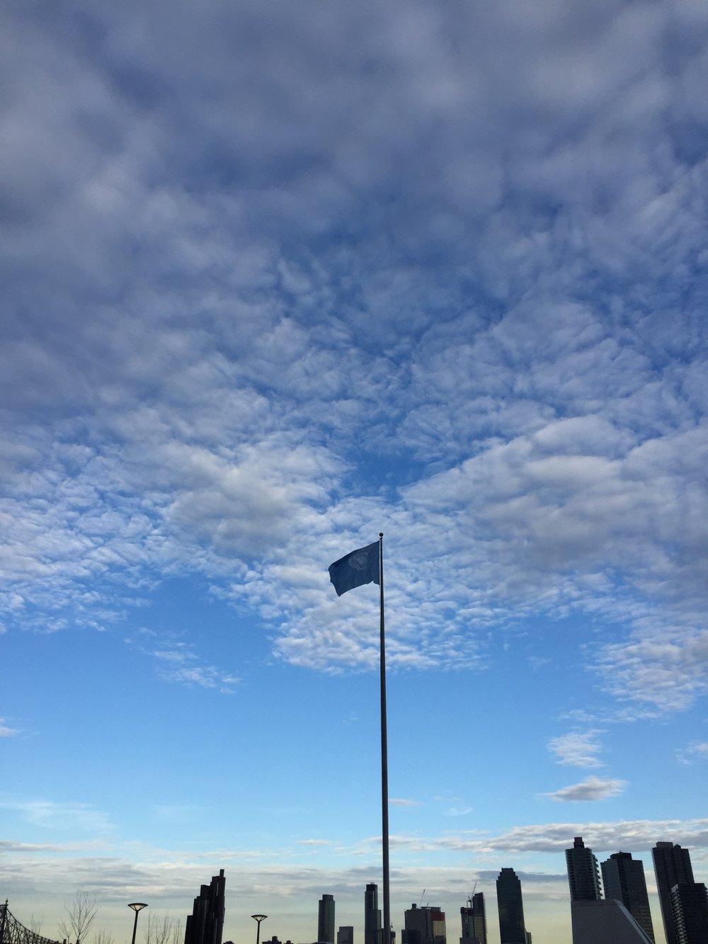 Não resisti e fotografei o céu na saída da Sede da Onu, lindo, né?