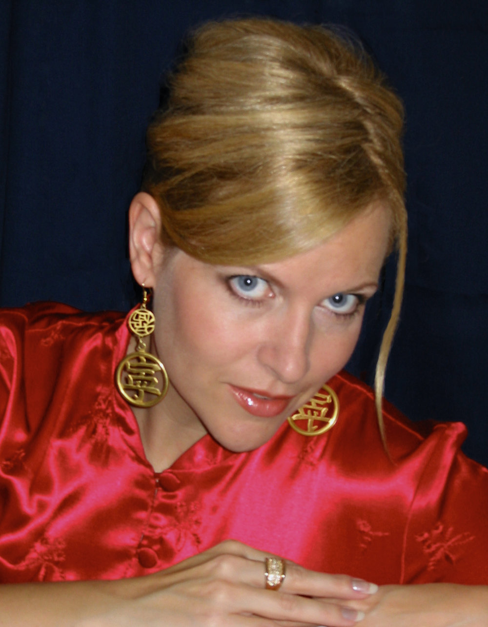Lini Evans 伊韻絲 - Lini Evans 是溫哥華的國際藝人,她有響亮的聲音,在舞台上光芒四射,曾在多個企業活動及國際節日中表演,更在香港、巴黎、大阪及神戶演出。她是曾在美國Reno市聯同卡加利管弦樂團演出的歌手,亦曾在多倫多的SkyDome Stadium演出,也是唯一在中國總理朱鎔基到訪活動中演出的藝人,共有一千名國際領袖出席這活動。此外,她曾多次在電視及電台中演出。她是歌廳獨唱歌手,以八種語言演出,使全球各地觀眾驚喜,她這個藍眼睛的金髮女郎能夠用廣東話、國語、日語、英語、法語、西班牙語及其他語言演唱,確是令人驚嘆!她曾在中國北京國家電視台演出(與著名的大山一起演出),又在台北和著名歌手劉德華、周華健等一起為當地最大的廣播公司的七十週年紀念演唱會中高歌一曲,真是中西文化的橋樑,Lini曾在美國的郵輪上、北美洲的私人活動、夜總會及節日中演出,她除了在全球多個地方獨唱演出外,又和溫哥華的Champagne樂隊一起演出。在大音樂會中華情在溫哥華的Rogers Arena她唱歌與韓磊. 并且她接受新時代電視雷安娜訪問,又在新時代電視和上海電視台聯合舉辦的二零零八年新春綜藝晚會中演出,其他表演嘉賓還有蔡琴、費玉清和韋唯等。