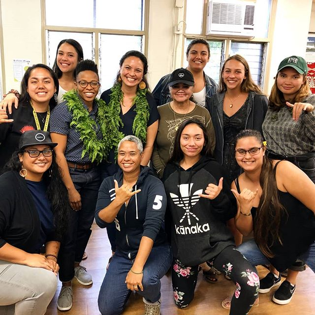 What an honor to speak with @prentis.h and @makanaaaa_ and UH Native Hawaiian students about how we malama our piko. @prentis.h spoke about piko po'o, reconnecting after colonization, learning to listen to our piko, collective healing from trauma; I spoke about piko waena, microbial connections formed between gut and aina, and trusting our na'au, and @makanaaaa_ spoke about piko ma'i and her research about waimaka lehua and how to honor the aina within us. It was powerful and synergistic conversation. Mahalo UH NHSS for making this possible!