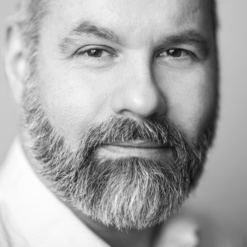 """""""J'aime aller chercher le meilleur de chaque personne. Je veux rendre accessible àtous, des portraits (headshots) de qualités et sortir les portraits corporatifs du carcan des studios traditionnels.""""    Pierre-Christian Heggren"""