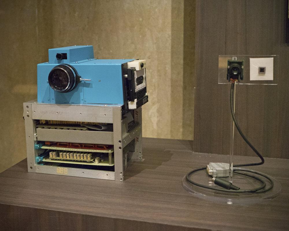 En 1975, Steven Sasson, un ingénieur américain travaillant chez Kodak, met au point le premier appareil photo numérique. Ce prototype pèse 3,6 kg et capte des images de 100 × 100 pixels en noir et blanc grâce à un nouveau capteur CCD. L'enregistrement de la photo, sur le support d'une bande magnétique sur cassette, prend 23 secondes.