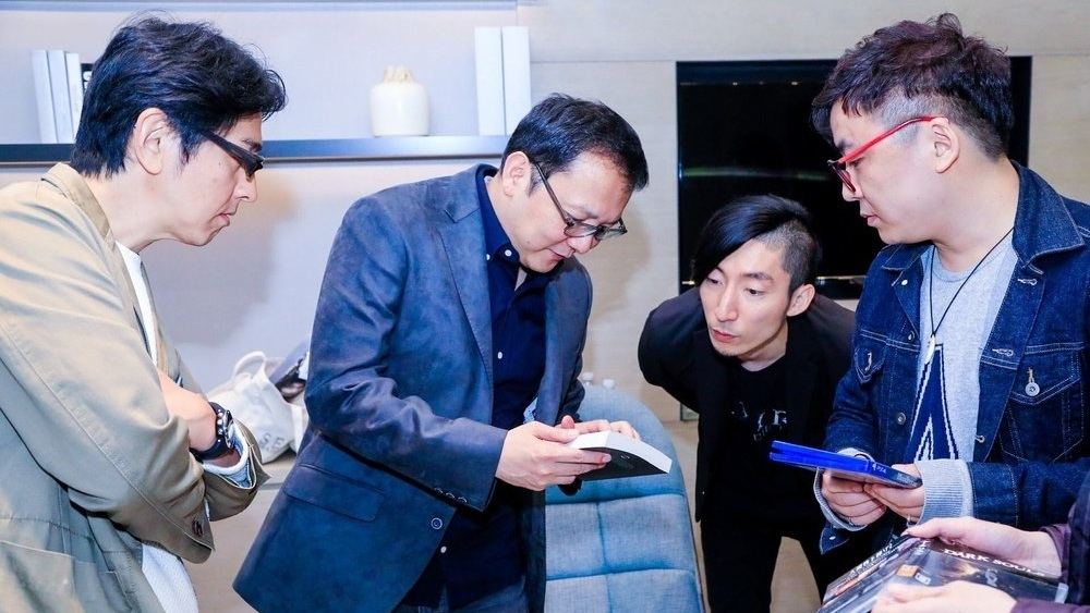 Miyazaki showing the Chinese edition of You Died to some colleagues during a 2018 visit to Beijing.