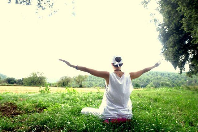 Hola! Después de unos días de noticias tristes 🐟🐠, vamos a trabajar nuestra salud física y emocional en el taller YOGA: 7 DÍAS - 7 CHAKRAS con @myhomeschoolingday 🙏🏼💆🏻♀️💆🏻♂️🧠🍲Recibirás información detallada sobre cada chakra además de una serie de prácticas, meditación, los mantras y su significado y la alimentación que nos puede favorecer o perjudicar. 🥗Cada día una receta 📝  y consejos en tu móvil 📱 para que lo consultes cuando quieras y desde donde quieras. Sin necesidad de desplazarte 🚙 y sin tener que conectarse a una hora determinada ⏰. 🥗Chat de grupo y privado con @myhomeschoolingday para compartir experiencias 📸 y consultar tus dudas. 🥗Solo tienes que registrarte en el enlace 👇 y descargarte la app de livetobe_ 📲  bit.ly/2tsoRV4  #tallerdeyoga #yogaonline #chakras #puntosdenergía #mantras #healthyrecipes #recetassaludables #onlinerecipes #consejossaludables #vidasaludable #healthywayoflife # #recetasonline  #onlinecookingworkshops #healthyrecipes #cookhealthy #onlinerecipes #eathealthy #comunidadlivetobe_  #greenrecipes