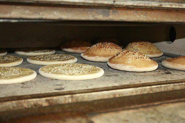 Primavera y lunes de abril soleado ☀️🌺 Qué mejor manera de afrontar un lunes? El miércoles tenemos taller de @davidzen.chef PANES DEL MUNDO porque viajar ✈️ sin salir de casa 🏡 es posible. Apréndelo todo sobre métodos de fermentación, técnicas tradicionales y maridaje. 🥪🥖🍞🥨 Panes tradicionales de países lejanos como el roti de Sri Lanka 🥞, deliciosas tortillas de trigo 🌮, pan plano de centeno o un riquísimo pan de pita 😋😋 🥗Empezamos el miércoles 25. 🥗Cada día recibirás el contenido en tu móvil para consultar cuando quieras ⌚️ y desde donde quieras 🗺. 🥗Chat de grupo y privado para compartir experiencias 📸 y consultar dudas. 🥗Regístrate en el enlace y descárgate la app para no quedarte sin tu plaza.  https://www.livetobe.me/registro_retos?invitation_code=2JvZP4SnuGqNs6nS2SzH  #aprendeconquienteinspira #livetobe #panesdelmundo #breadlover #panarras #recetasdepan #recetadepandepita #recetasdetortillasdetrigo #pandepita #pandecenteno #tortillasdetrigo #homemadebread