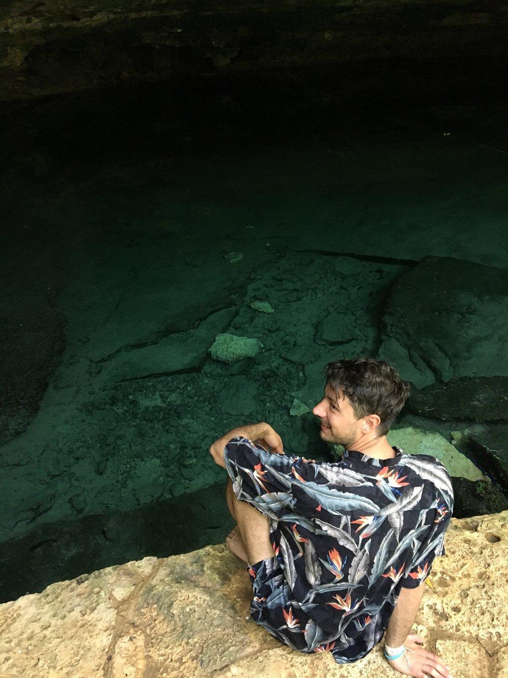 Jenya siendo feliz en el Cenote.