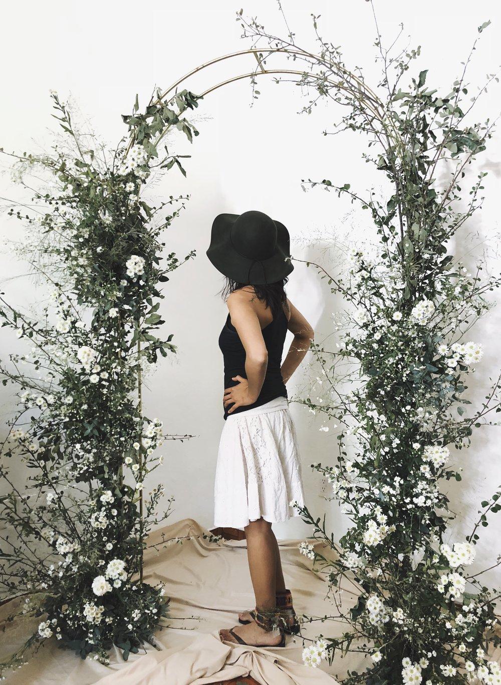 La Pareja en un arquito de flores.