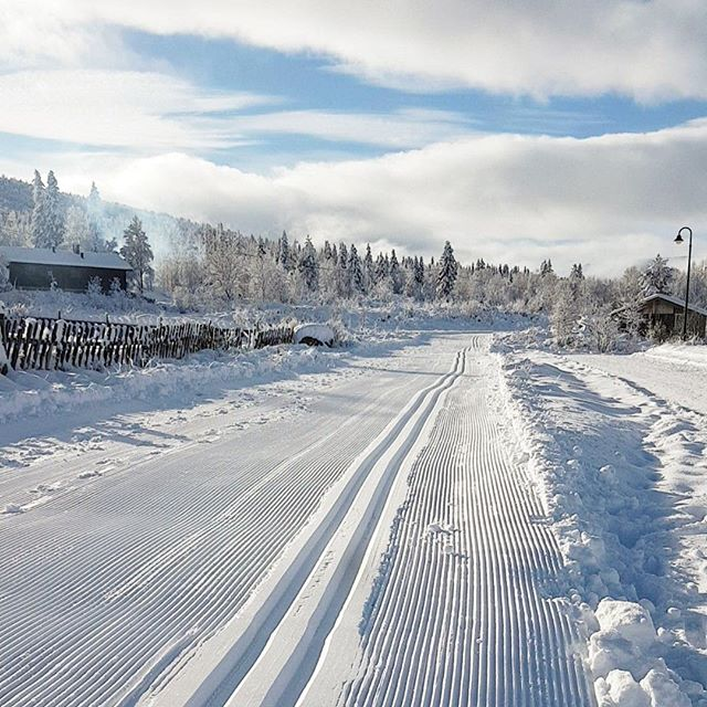 ❄️🙏🏻 Løypene er klare på Vaset- 3km og 10km! Det er meldt 2+ og strålende SOL på lørdag- hva er vel bedre enn en liten skitur før lunsj? ☀️🎉 📷: @brennabuvaldres 👏🏻👏🏻