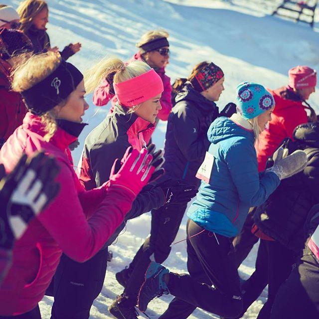 """I går fylte 55 damer og menn uteplassen for å løpe Rosa Sløyfe-løpet i Valdres! Vi er så glade og stolte av å bli valgt som """"løpshotell""""! Vi gleder oss til å se dere alle sammen til neste år! @rosasloyfevaldres @wondermo_origin"""