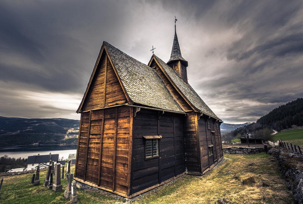 Vigsel i Valdres - Valdres byr på unike og tradisjonsrike stavkirker, fjelltopper og uendelige muligheter til vigsel. Vasetvatnet inviterer til eventyrbryllup med robåt, Grønsennknippa (1368 moh) er åpen for luftige vigsler og kirkerommet i Lomen Kirke har en helt unik atmosfære. Fra Gomobu Fjellstue er det kort vei til naturen og flere av områdets kirker.