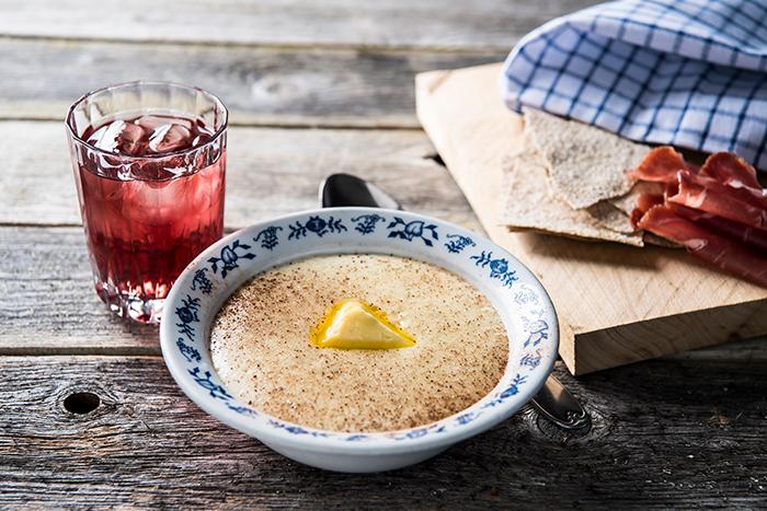 Middag påGomobu - I sommersesongen (1.juni - 15.august) serverer vi egen sommermeny.Til middag finner du blant annet rakfisk, hjemmelaget rømmegrøt (slåttegraut)og stekt fjellørret. Restauranten er åpen for alle, og det er mulig å forhåndsbestille bord.