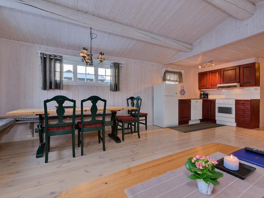 Hytte 12 personer - Familiehyttene har tre soverom og hems med fire ekstra sengeplasser. Det er god plass rundt spisebordet, og gangen er romslig med plass til yttertøy og sko.Passer supert for to familier, fire par eller flere voksne.