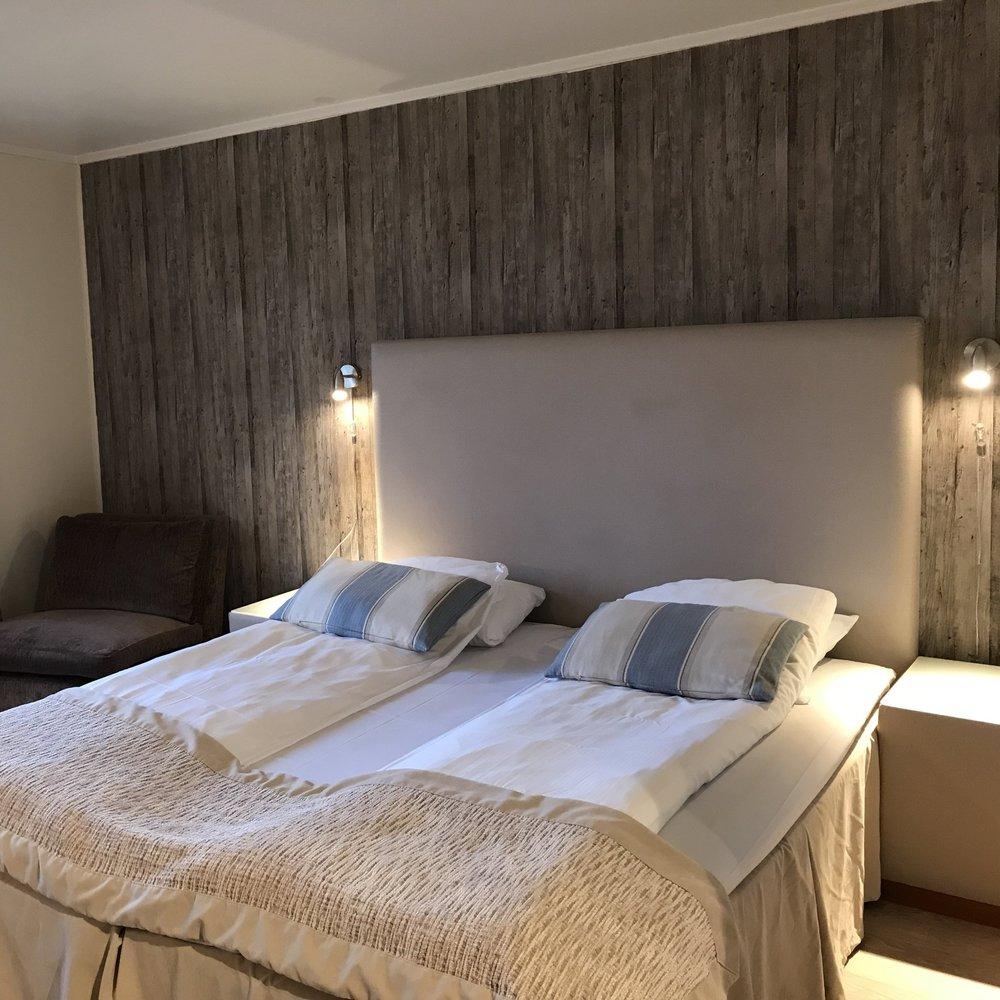 Overnatting - Hos oss kan dere overnatte i koselige rom i fjellstua eller på hytte på tunet. Vi har plass til totalt 150 personer. Det er kort vei til resepsjon, restaurant og skihall fra hyttene.