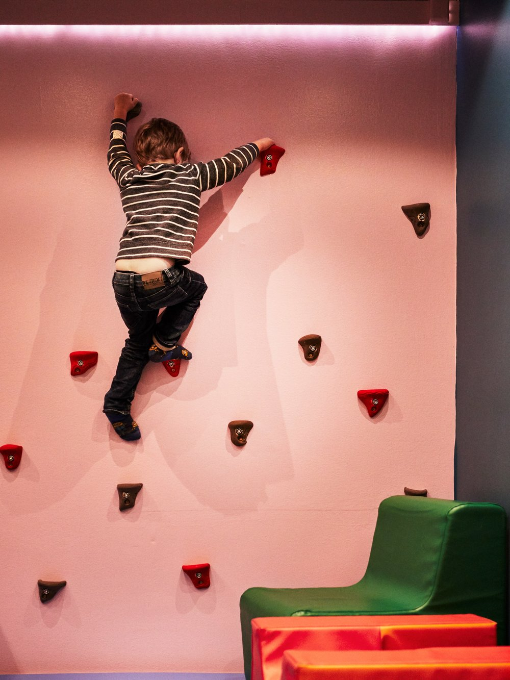 barn klättrar