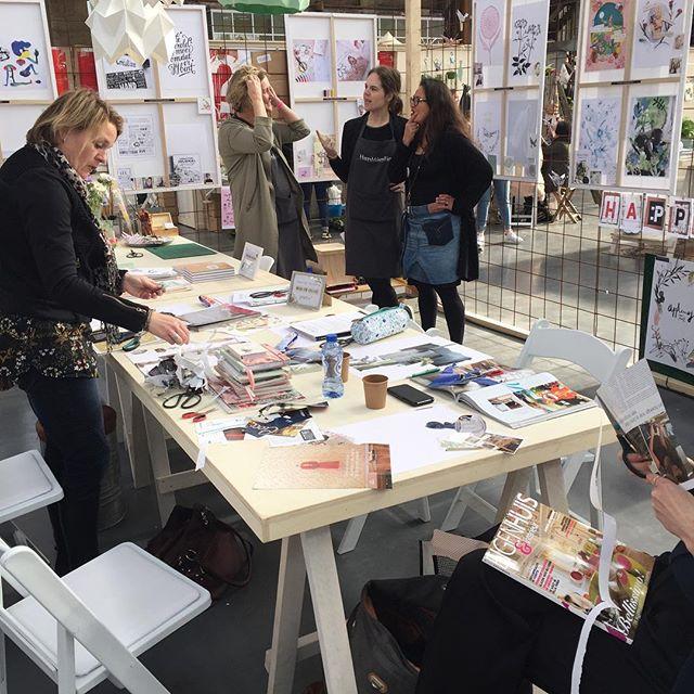 Collages maken bij @creativelifenl in de stand van @happymakersblog Binnenkort onze eerste echte workshop in onze studio! ✂️☕️📔