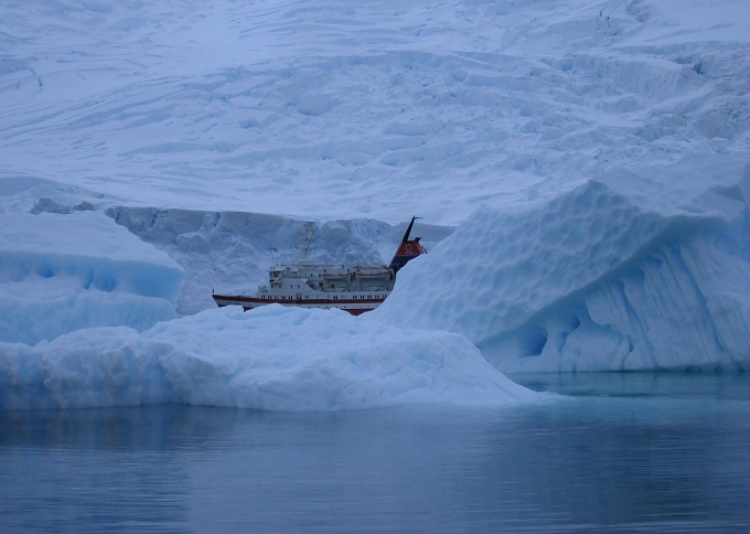 antarctica_red_ship_icebound