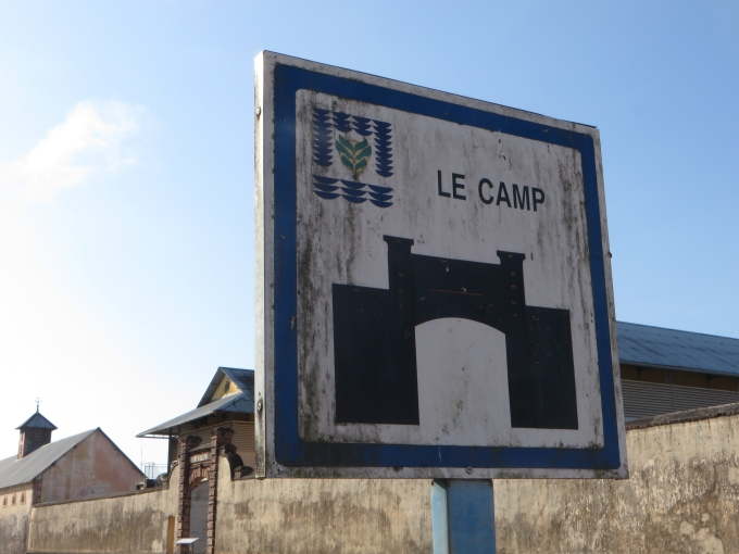 le camp sign