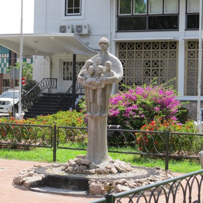 mama sranan statue