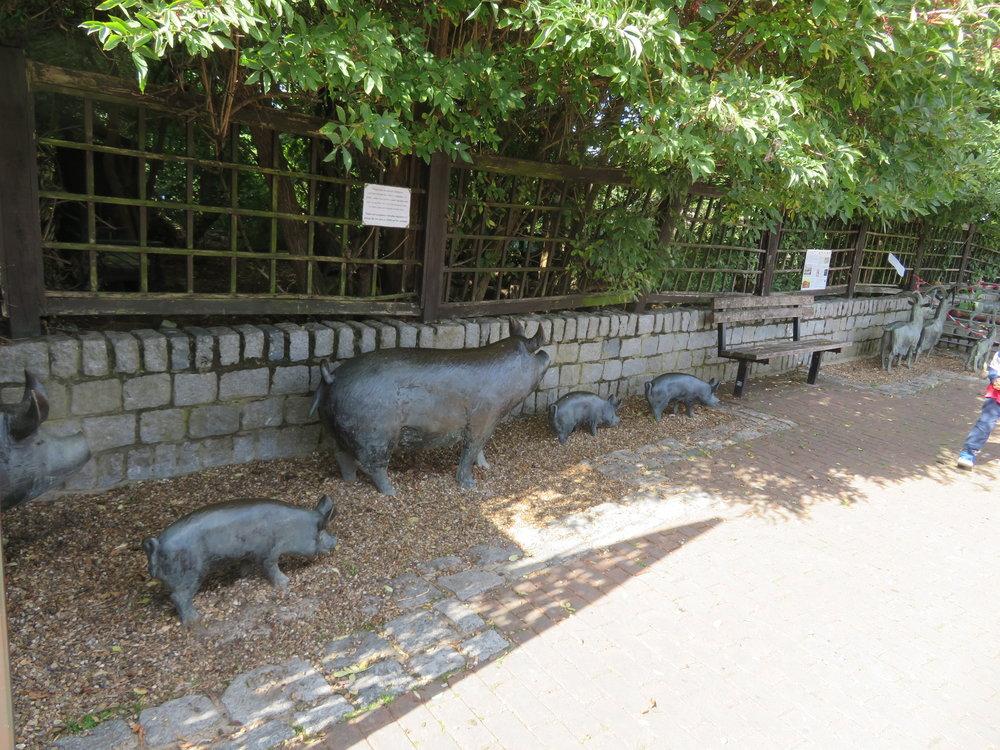 surrey docks farms-pig sculpture.JPG