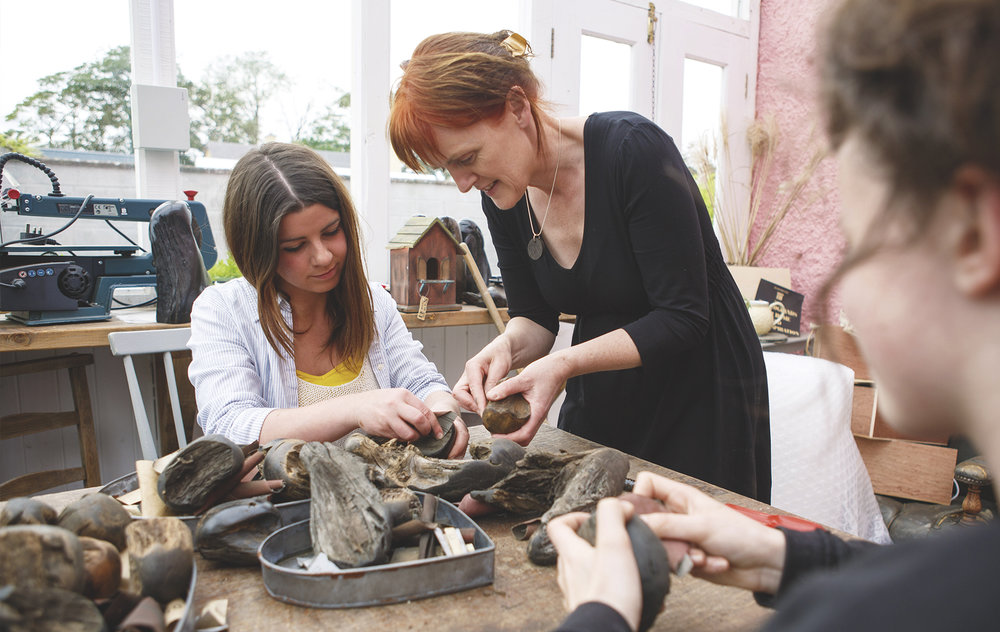 Économuseé bogwood class—making a mini sculpture.