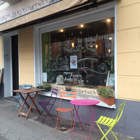 ワルシャワ通りの店の入り口・Vollkornbäckerei Hartwich