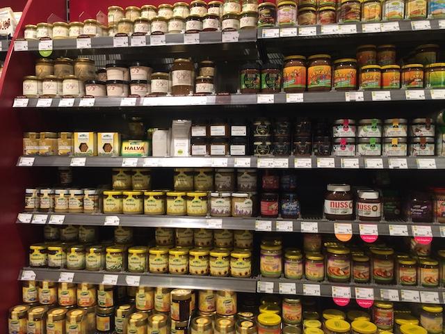 ベルリンのオーガニック食料店の蜂蜜のコーナー