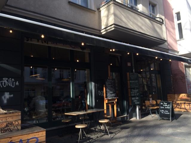 @Momono  カフェは Neue Bahnhofstr.に面して、多くのコーヒーファンが集まります。