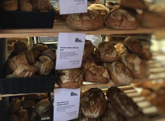 店内の窯で焼かれた新鮮、良質、ライ麦、ホールウィート・サワードウ・パン