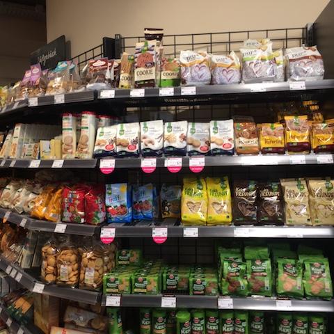 Photo Momono Denns BIO ショップのお菓子のコーナー