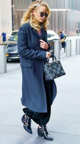 PHOTO:GETTY IMAGES   ジェニファー・ローレンス Jennifer Lawrence   Chloé・クロエ Rylee カットアウトレザーアンクルブーツ (€995)