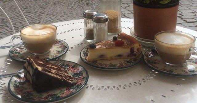 Photo Momono ポリッシュポタリー・陶器でサービスされる手作りのケーキ