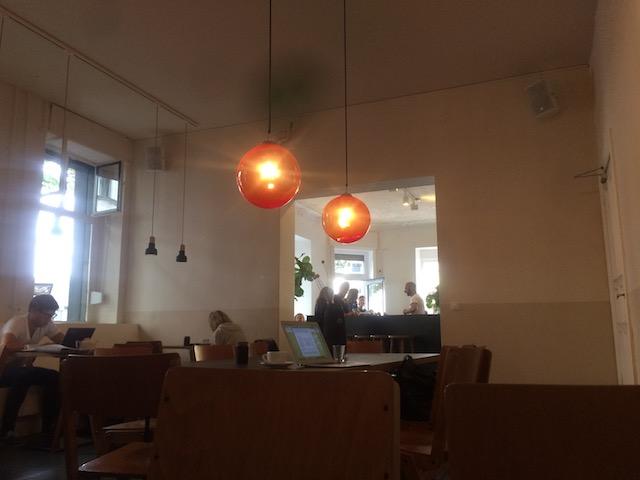 momono カフェの店内・マックで働く人の様子が伺えます