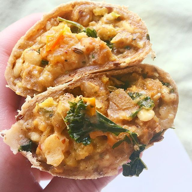 Life Hack #234,437,588 For those mornings when you've hit snooze one too many times and are literally running to get out the door, make sure to grab one of these amazingly delicious @sweetearthfoods breakfast burritos on your way out. My FAVORITE is the Get Focused burrito because it has hints of rosemary (and I could probably use a lot more focus in my life 🤦♀️). I'll be the first to say most frozen burritos are blah but this one is oozing with nosh-tastic goodness 👀 Did I mention the creamy eggs, crisp kale and bites of smoked Gouda? Happy Tuesday!! . . . . . #betterbreakfast #eatrealfood #healthyfoodshare #healthyeats #wholefoods #lifeincbus #breakfastideas #todaysfood #realfood #gloobyfood #tastespotting