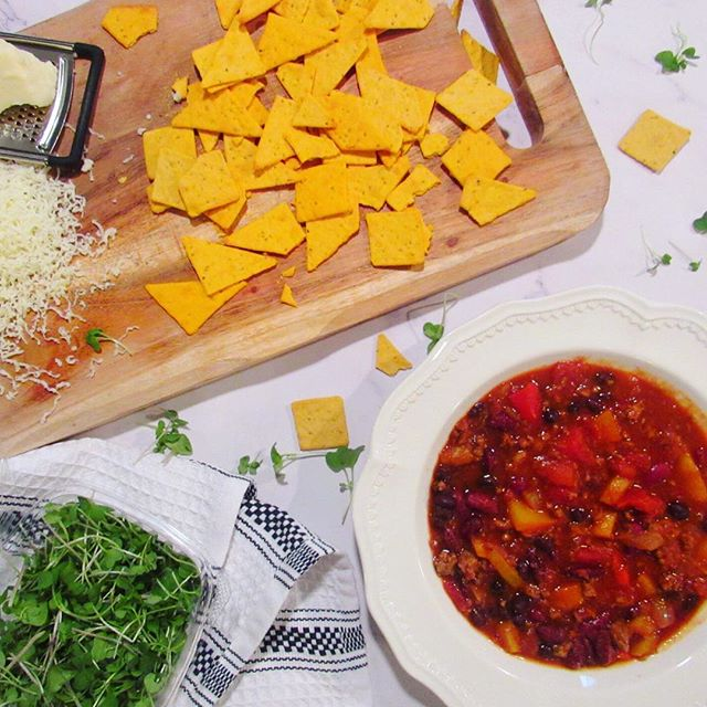 The weather took a HUGE turn into crazy and I had a 'fridge full of peppers so tonight we are having chili 🌶 All the late summer veggies from @seminaryhillfarm mixed with pasture-raised beef from Raven Rocks Farm seasoned and slowly stewed... Oh, and the best part! Topped with @bitsysbrainfood cheddar smart crackers and micro greens!! The crackers add a little crunch and the micro greens add a crisp bite to the simmering bowl of delicious farm nosh 👅 Now all I have to do is finish this batch before the weather goes back up into triple digits 🤦‍♀️ . . . . . #eatgoodfeelgood #eeeeats #nutritiousanddelicious #knowyourfarmer #614eats #cbuseats #cbus #foods4thought #eatseasonal #thechalkboardeats #socolumbus #sosavory #foodaffair #bitsysbrainfood